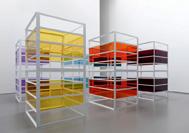Liam Gillick, Complete Bin Development, 2013, pulverbeschichtetes Aluminium,  Plexiglas, 6-teilig,  je 300 x 150 x 150 cm