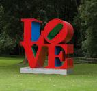 Robert Indiana, Love, 1966/1998, mehrfarbiges Aluminium, 366 x 366 x 183 cm
