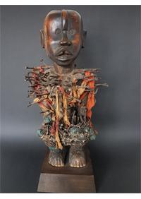 Pressefoto_Holzfigur Yombé_Volksrepublik (Kongo Region Boma), Anfang 20. Jht._Holz patiniert, Nägel, Stoff_Privatbesitz_vorschau