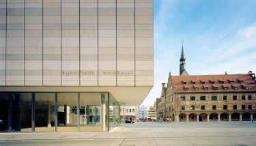 Old and modern in direct neighbourhood: kunsthalle weishaupt and Ulm Townhall